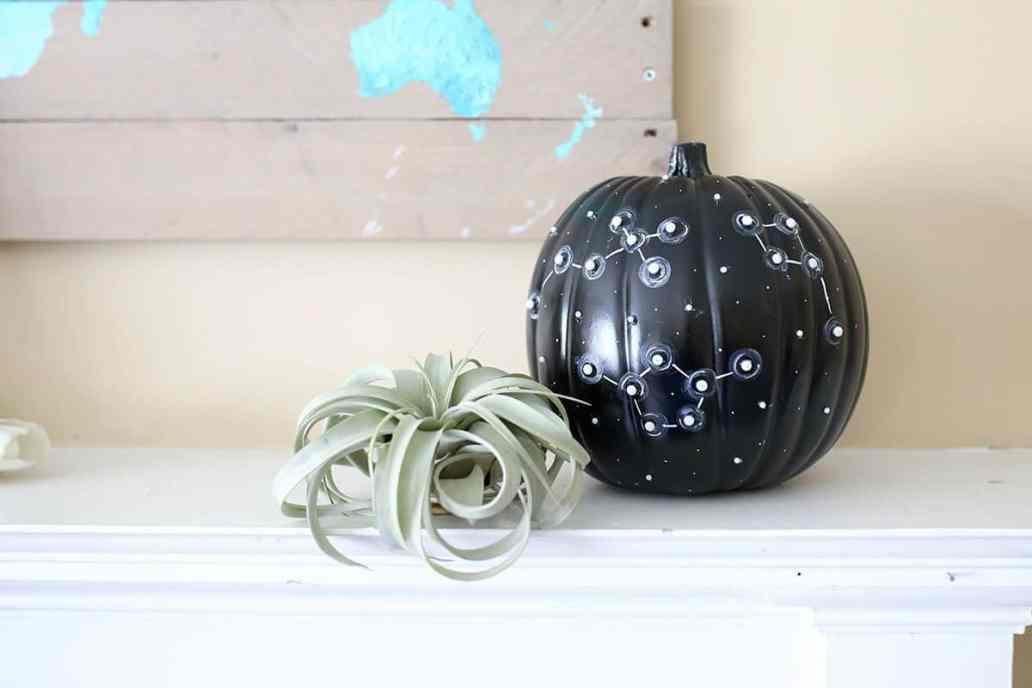 diy decorer citrouille halloween constellation - 15 DIY originaux pour décorer la citrouille d'Halloween
