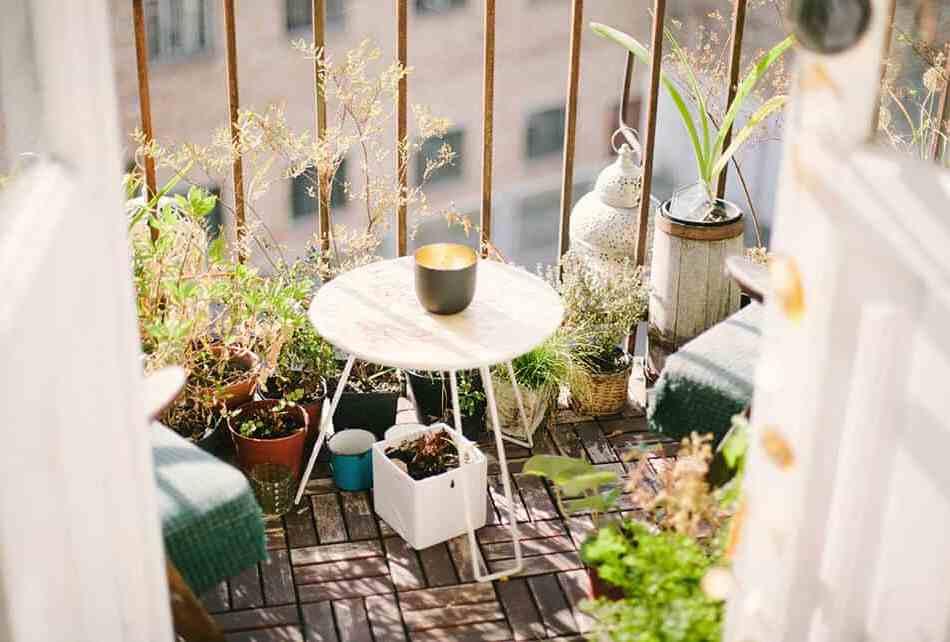 balcon avec plantes en pot et petite table basse