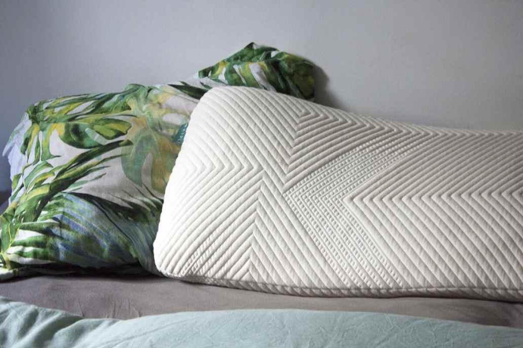 un oreiller kipli sur un lit  - Kipli, la marque de literie écologique et confortable