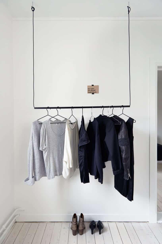 """dressing suspendu dans une chambre à la deco blanche - Dressing : transformer une pièce en """"Walk-in closet"""""""