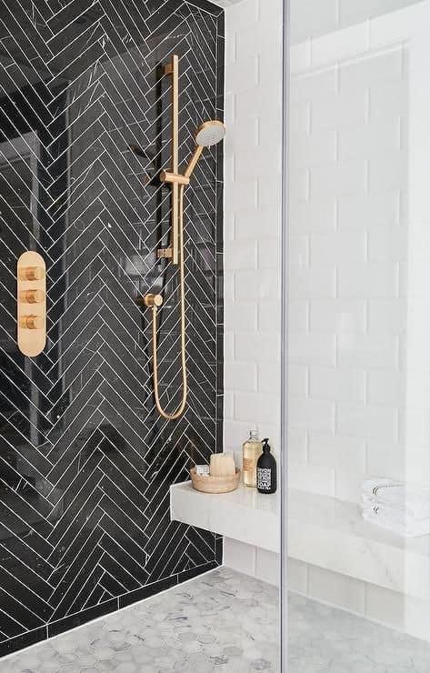 douche à litalienne deco noire et blanche avec robinetterie en laiton dorée - La recette pour une douche à l'italienne réussie