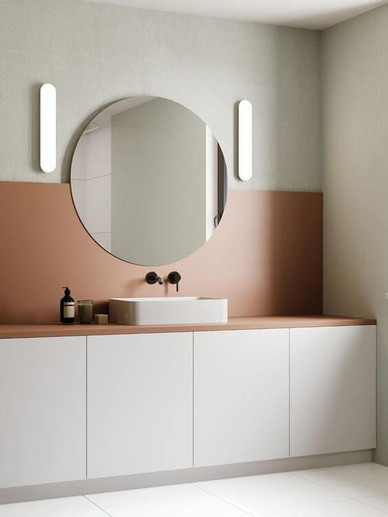 salle de bain moderne et douce avec mobilier blanc et crédence rose - Choisir les meubles de la salle de bains