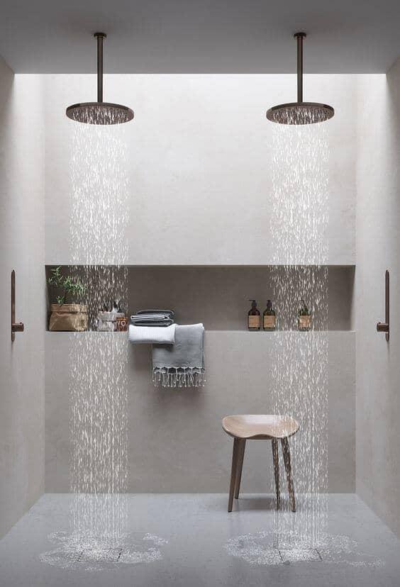 une douche à litalienne réussie avec plafonnier de douche  - La recette pour une douche à l'italienne réussie