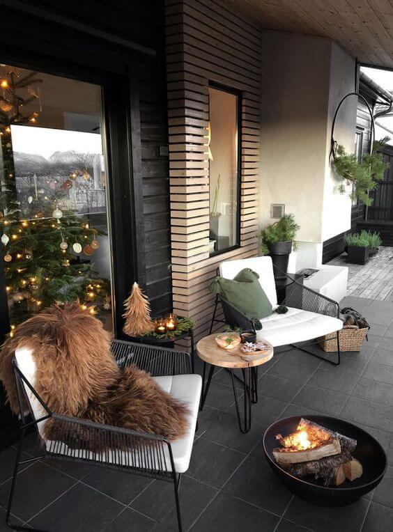 terrasse scandinave avec sol en carrelage sombre - Quel matériau pour ma terrasse choisir ?