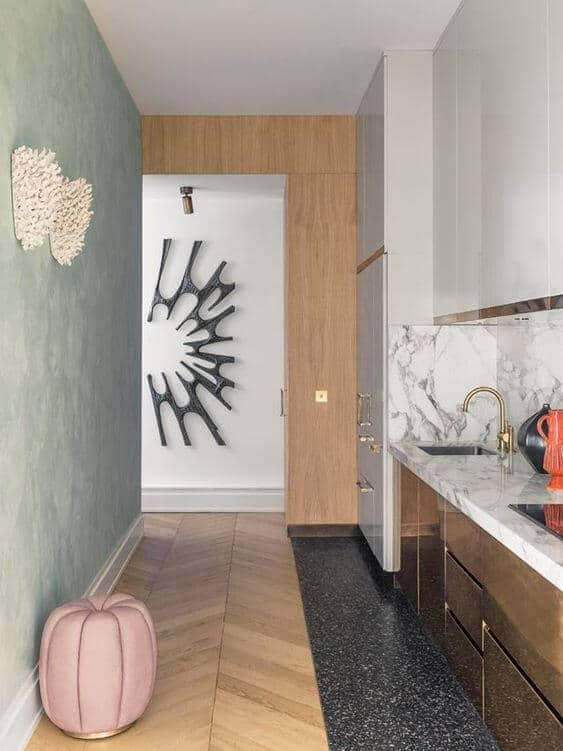 une cuisine étroite avec une décoration design colorée - Aménager une cuisine dans une pièce étroite