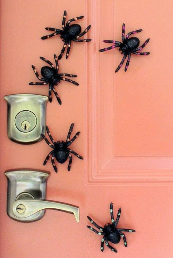 deco porte halloween araignée - 12 idées pour décorer la porte à Halloween
