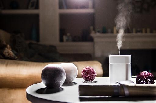 humidificateur d air en fonctionnement dans un salon - Humidité de l'air : découvrez le guide complet