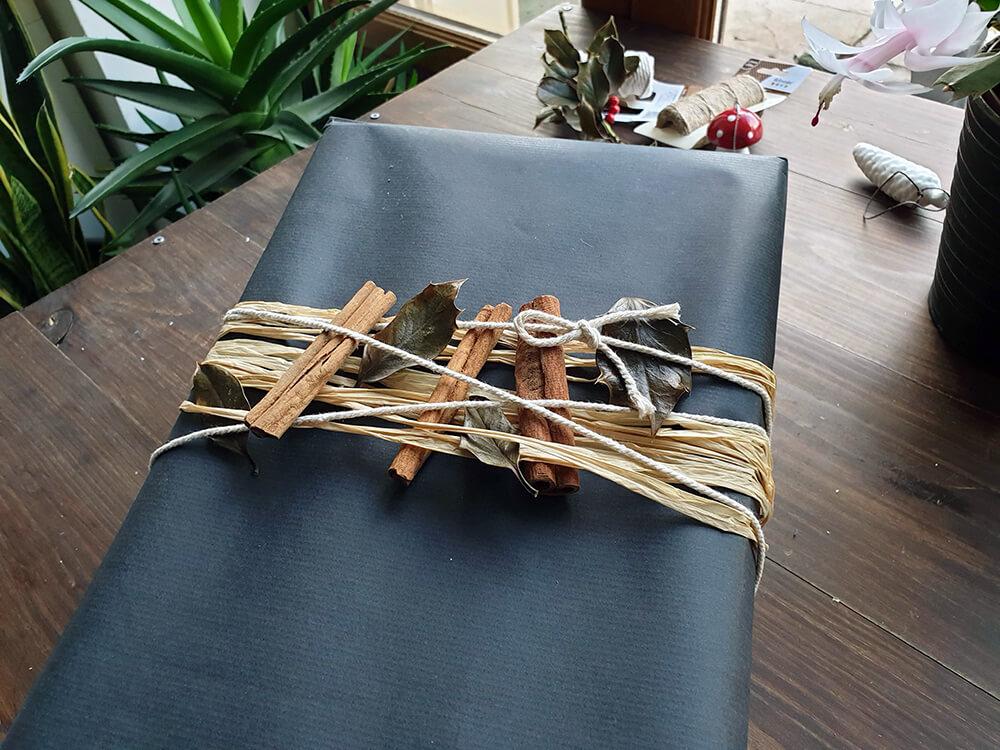 emballage cadeau zéro déchet avec kraft rafia et bâton de cannelle - 7 idées d'emballage cadeau zéro déchet faciles à reproduire