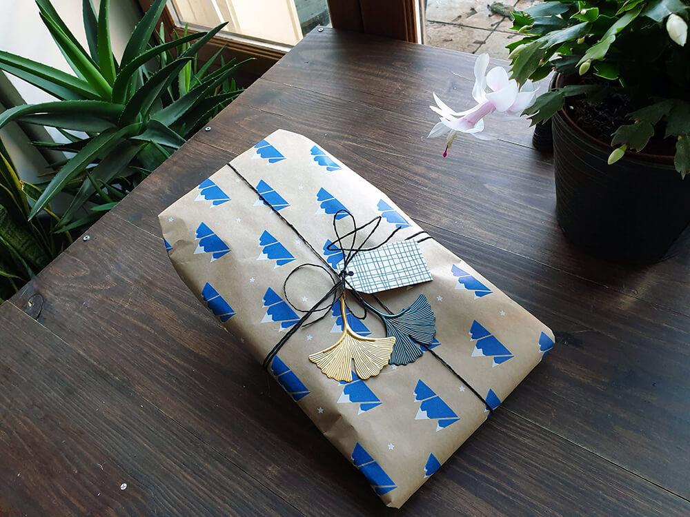 papier cadeau zero dechet avec breloque et etiquette - 7 idées d'emballage cadeau zéro déchet faciles à reproduire