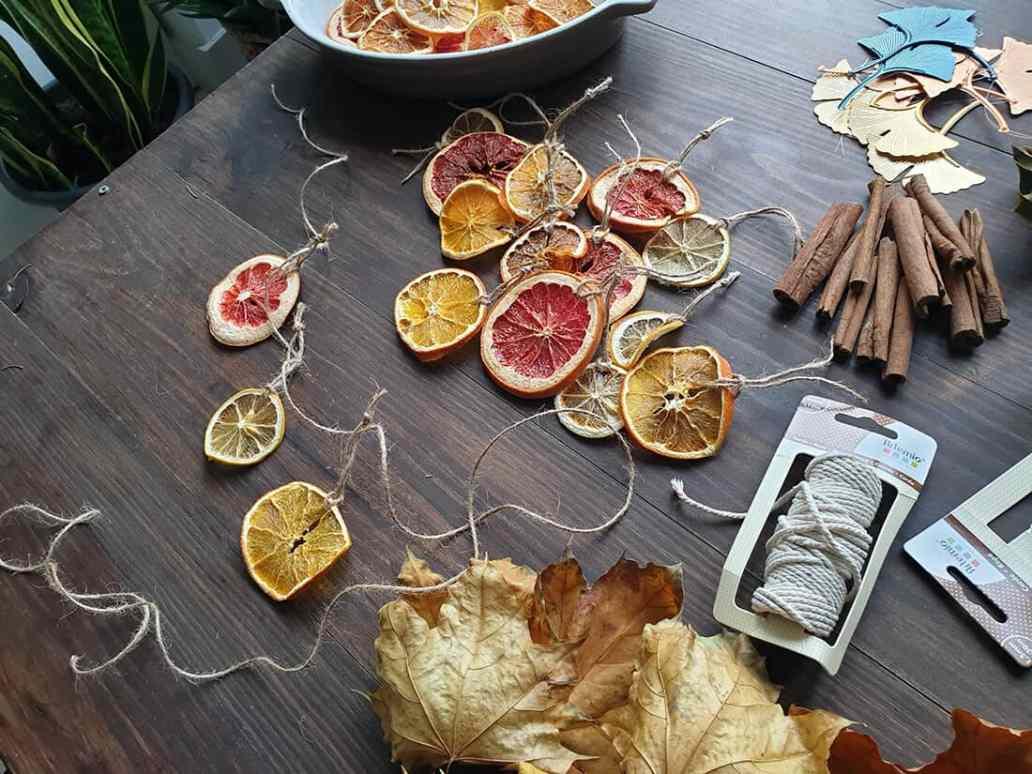 fabrication dune guirlande de noel avec des oranges séchées - Comment adopter la guirlande de Noël zéro déchet ?