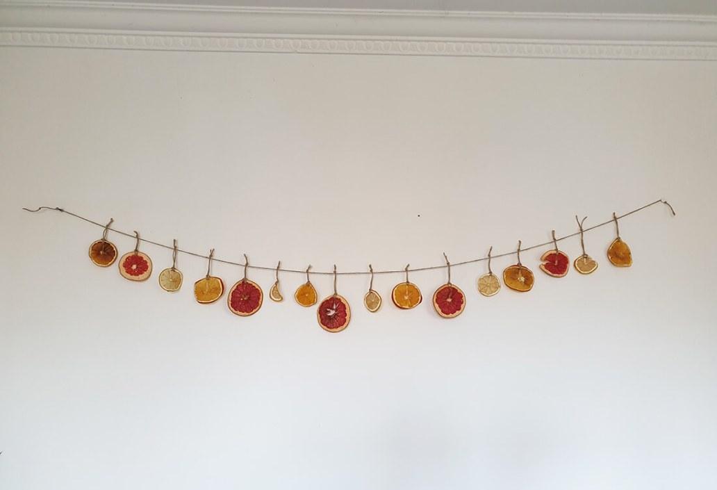 guirlande de noel avec orange sechees - Comment adopter la guirlande de Noël zéro déchet ?