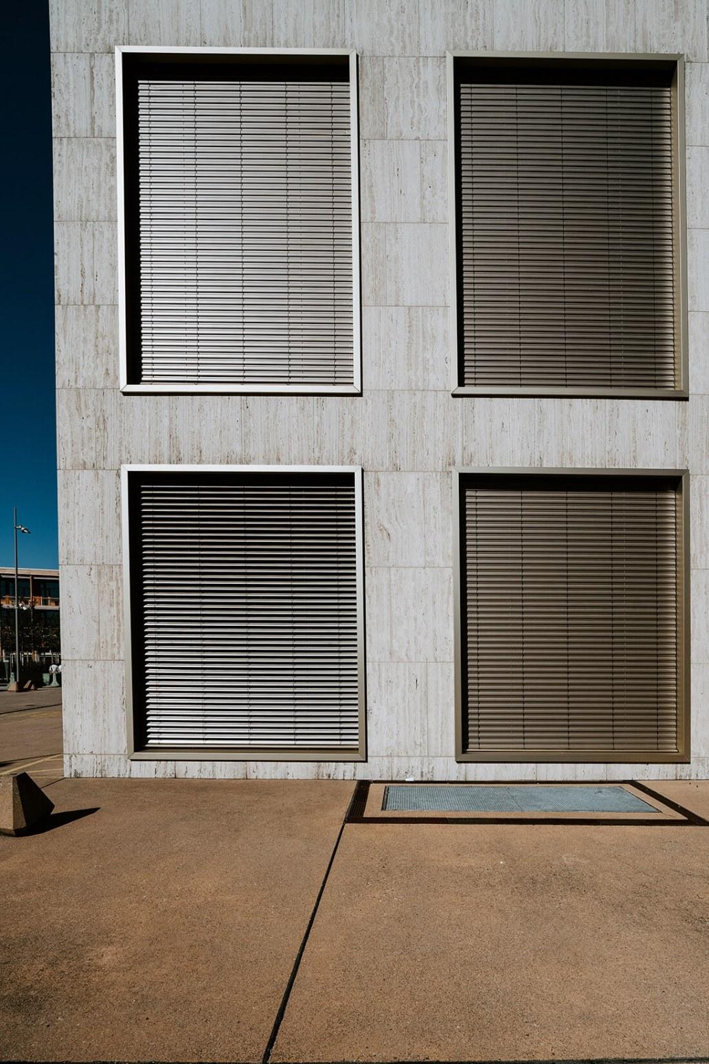 Des bureaux dont les fenêtres sont couvertes par le volet roulant - Focus sur le volet roulant avec RueDuVolet