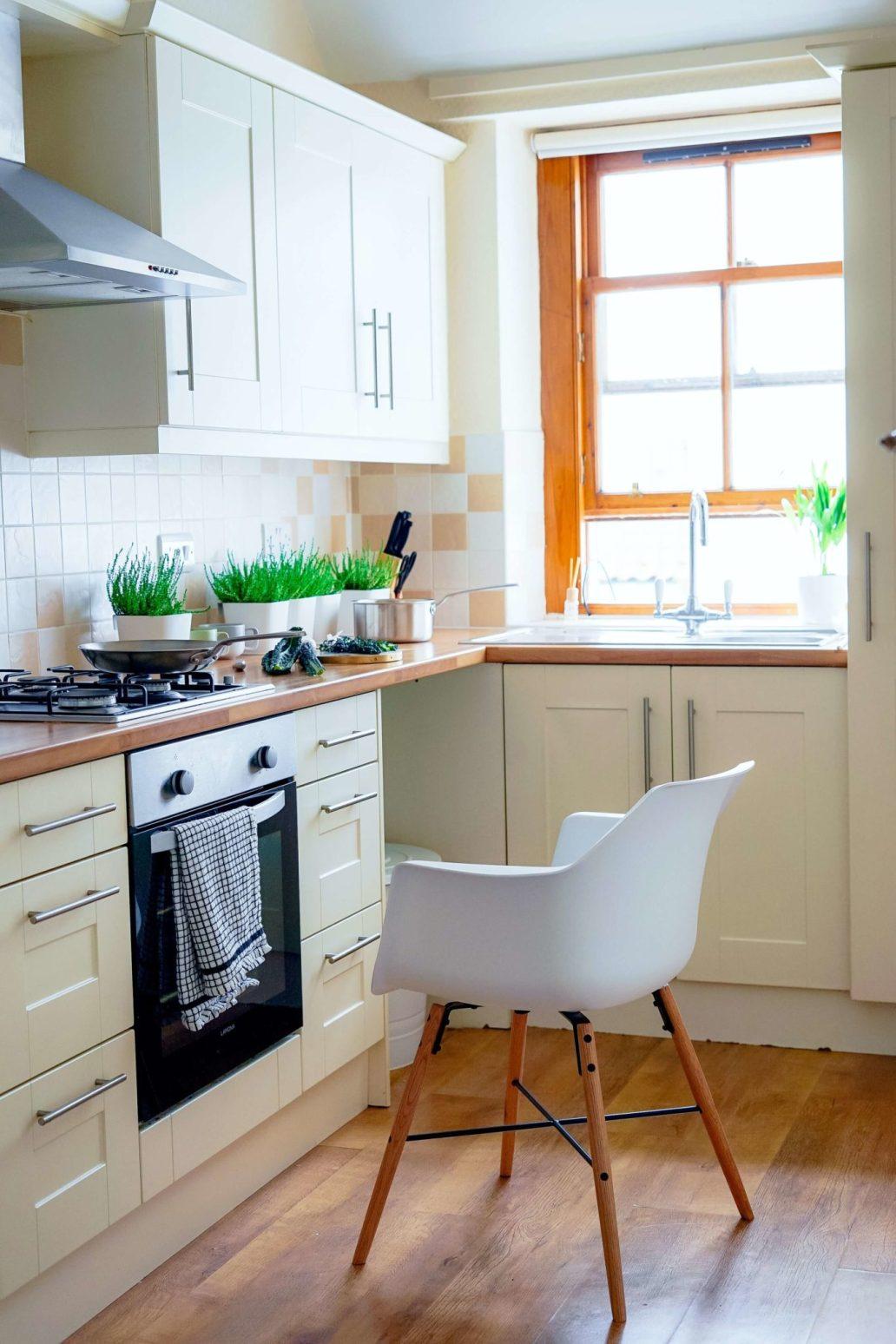 cuisine coconing vérifier les installations électrique pour réduire le risque dincendie 1365x2048 - Les meilleurs moyens de se prémunir d'un incendie dans la maison
