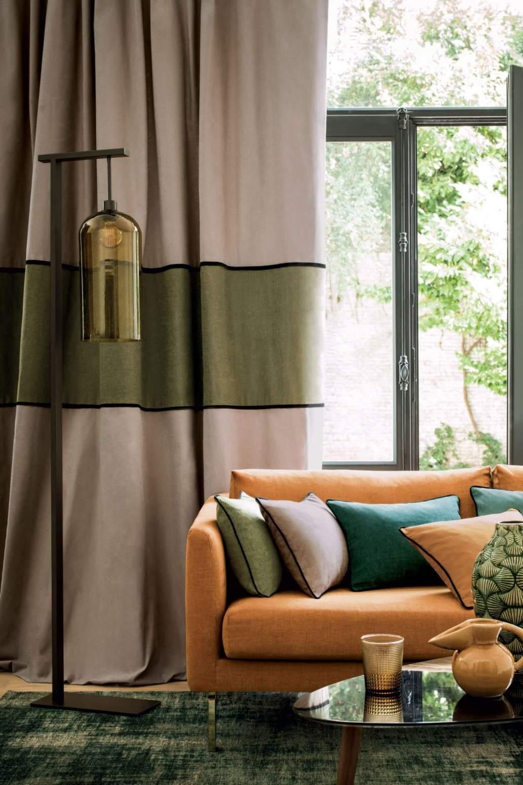 Des rideaux bicolores dans le salon 1365x2048 - Quels rideaux installer dans un salon ?