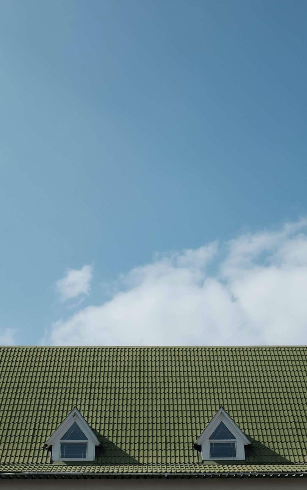 andrej lisakov vSka6gZTWM unsplash 2 1285x2048 - La rénovation de la toiture avant la vente immobilière