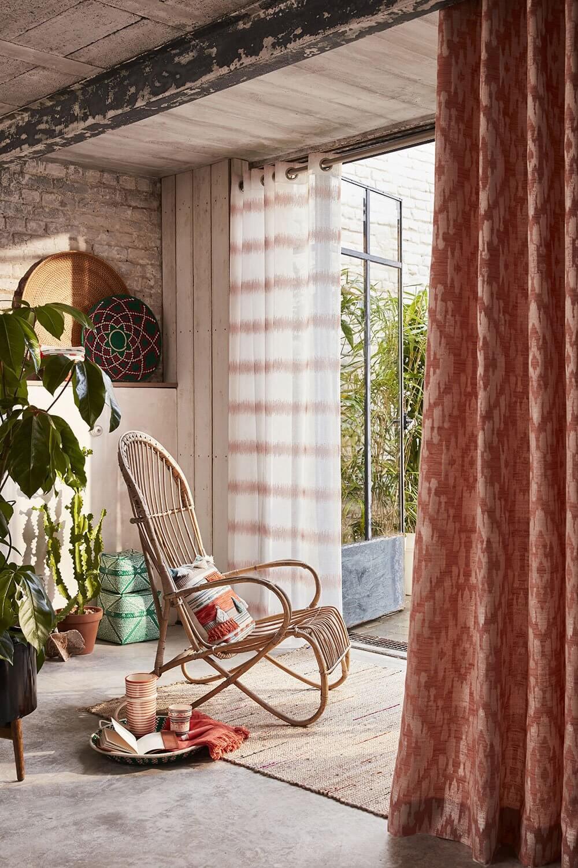 rideaux salon motif ethnique et style tropical bohème  - Quels rideaux installer dans un salon ?