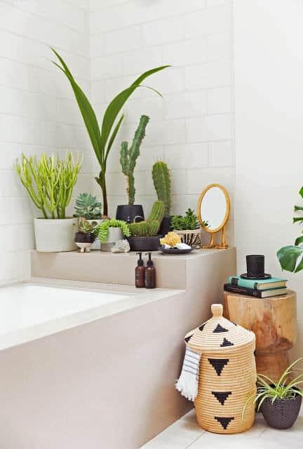 une salle de bain au look tropical et ethnique remplie de plantes  - Une déco ethnique dans toute la maison