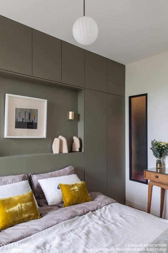 une grande chambre contemporaine avec dressing kaki  - Comment aménager avec goût une grande chambre ?
