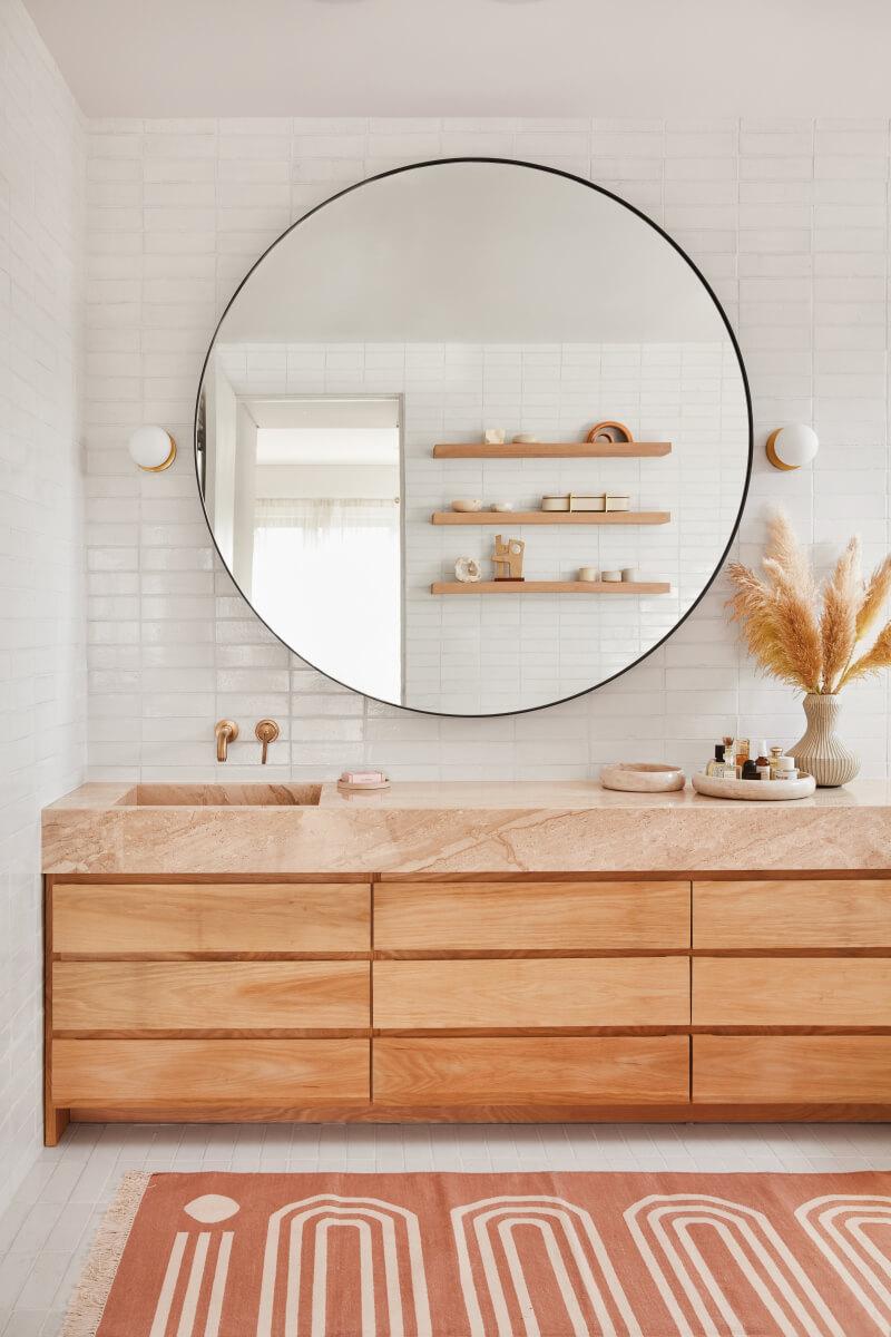 une salle de bain moderne cree dans une piece ancienne 2 - Salle de bains ancienne : 8 astuces pour la rénover !