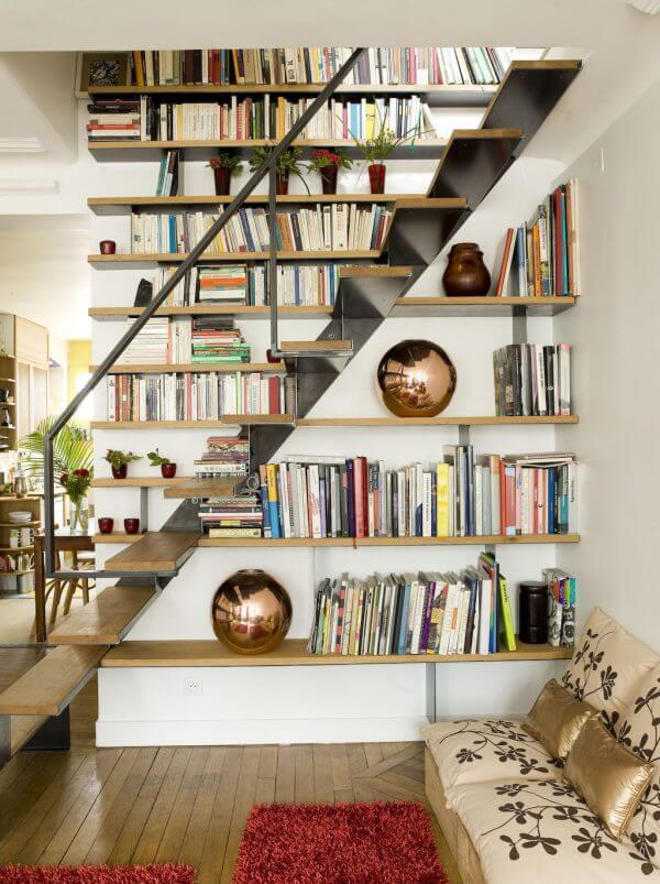 wood and iron under stairs shelves 600x803 2 - L'étagère modulable, un rangement décoratif et pratique