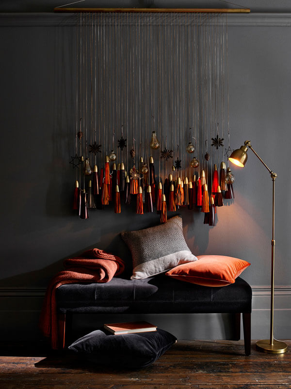coin canape avec deco de noel sur les murs - Inspiration : comment faire une déco de Noël pas kitsch
