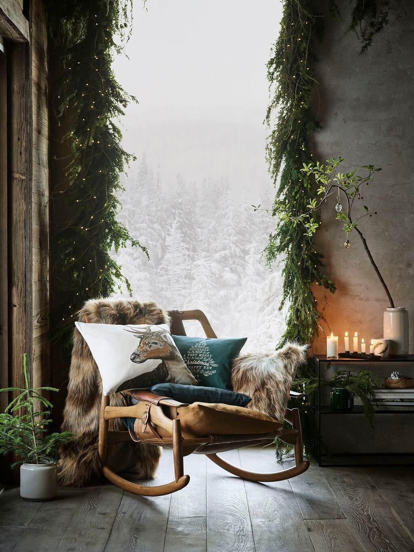 deco noel fauteuil avec coussin a cote une fenetre - Inspiration : comment faire une déco de Noël pas kitsch