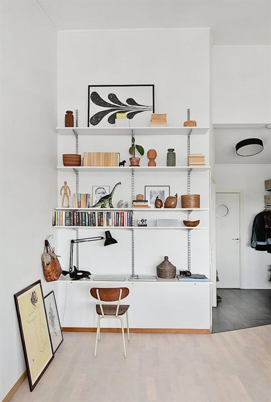 Bureau installe sur une etagere modulablre sur un mur blanc - Aménager un bureau dans un petit espace