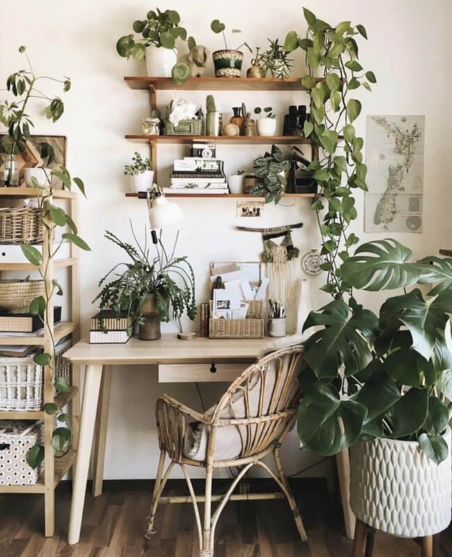 bureau bois avec plante et deco boheme - Comment aménager un coin bureau efficace à la maison?
