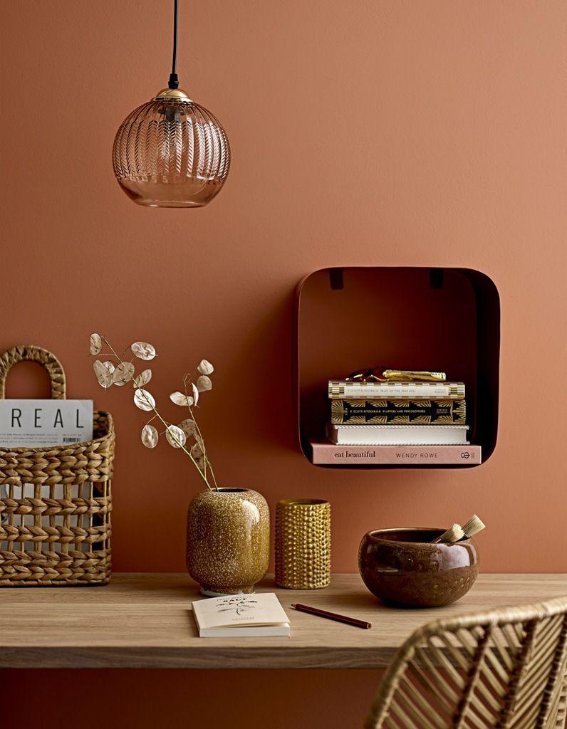 bureau bois devant mur terracotta - Comment aménager un coin bureau efficace à la maison?