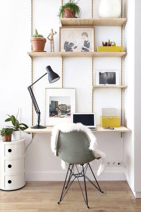 bureau bois face mur blanc avec lampe noire - Comment aménager un coin bureau efficace à la maison?