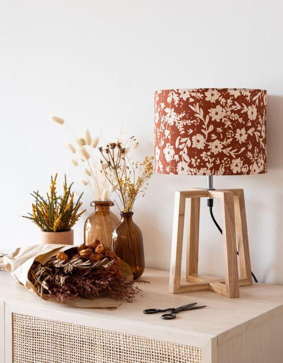 lampe meuble avec fleurs sechees 2 - Tendances meubles et décoration 2021 : le grand décryptage