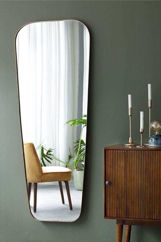 miroir biseaute sur mur vert kaki - Tendances meubles et décoration 2021 : le grand décryptage