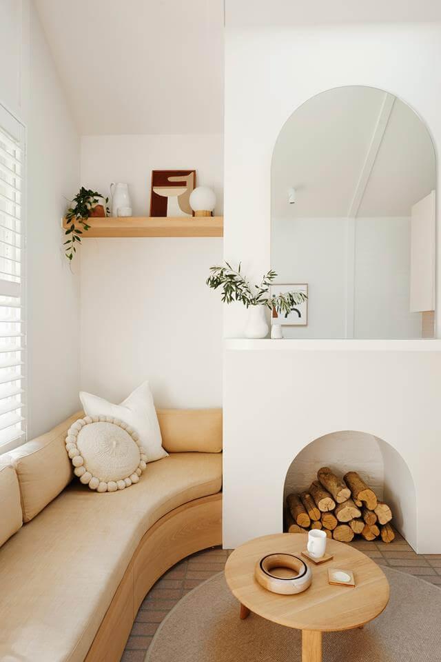 salon canape arrondi beigne table basse bois etageres bois modernastic - Tendances meubles et décoration 2021 : le grand décryptage