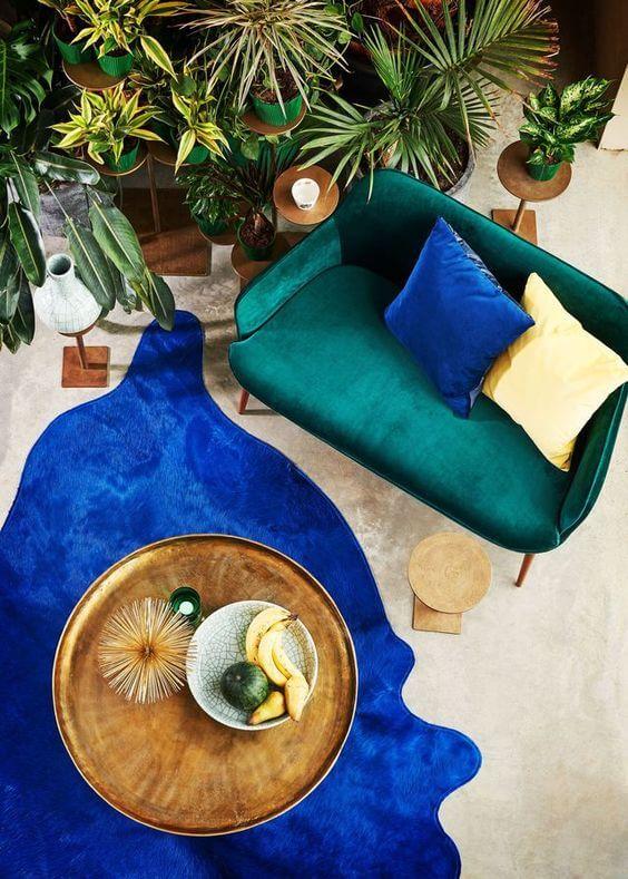 salon canape velours plante couleurs 2 - Tendances meubles et décoration 2021 : le grand décryptage