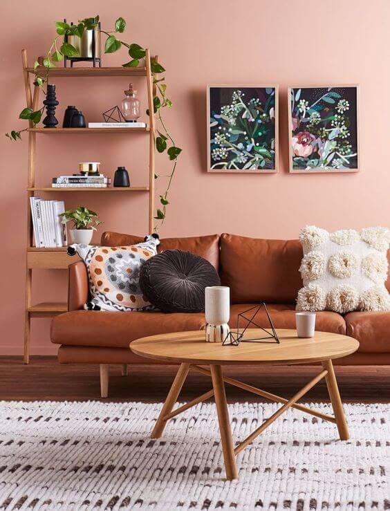 salon sofa cuir fauteuil table bois etagere couleurs chaudes - Tendances meubles et décoration 2021 : le grand décryptage