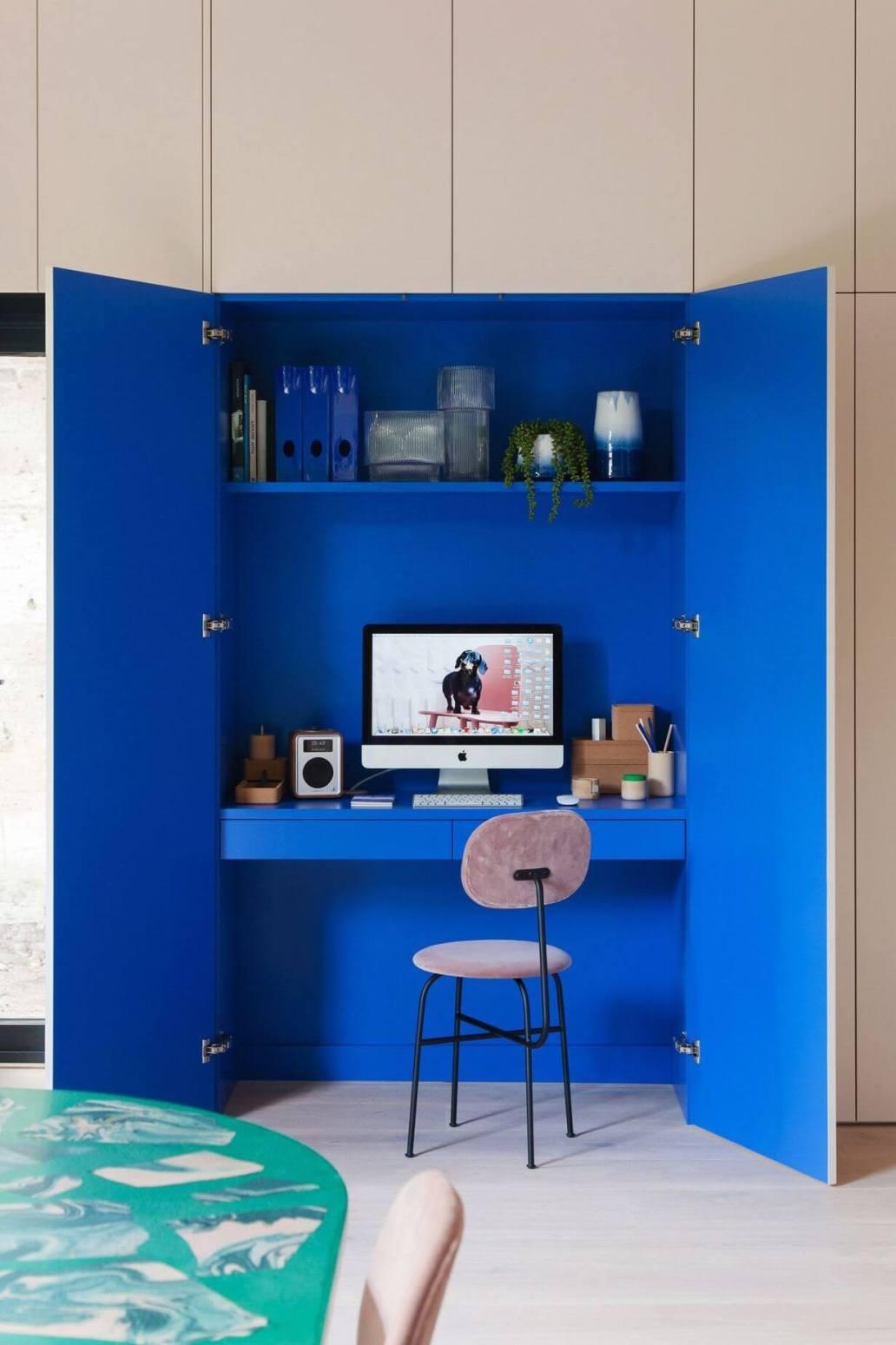 un bureau installer dans un placard avec deco bleu - Aménager un bureau dans un petit espace