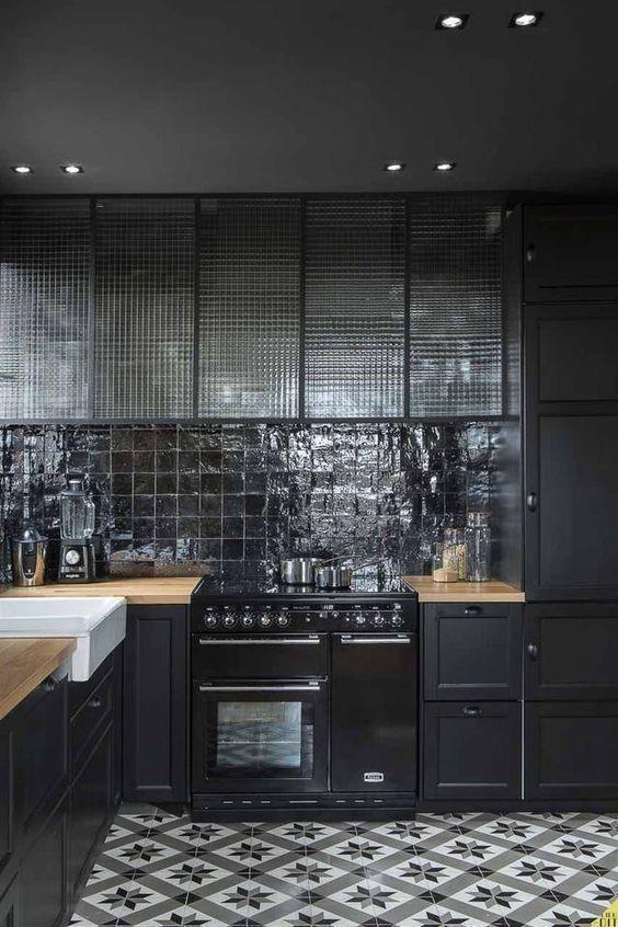 une cuisine noire avec carreaux de ciment et credence brillante - L'irrésistible cuisine noire : une inspiration moderne et tendance