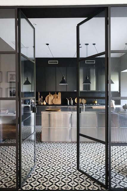 une cuisine noire avec ilot central en inox et verriere - L'irrésistible cuisine noire : une inspiration moderne et tendance