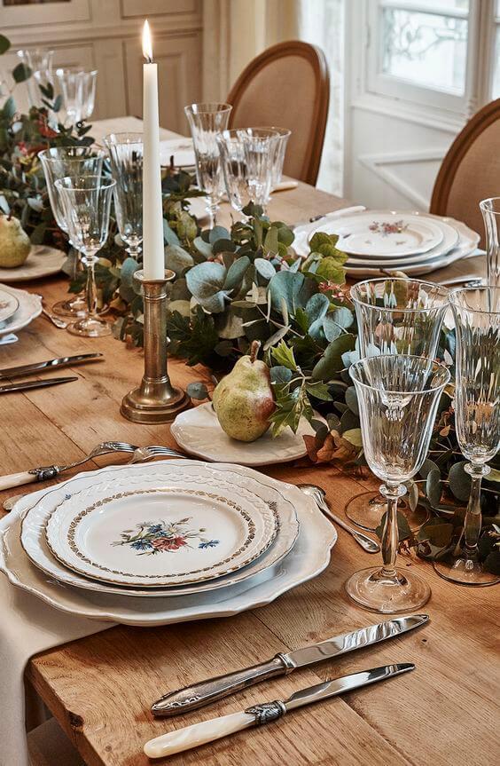 vaisselle vintage table bois plante 2 - Tendances meubles et décoration 2021 : le grand décryptage
