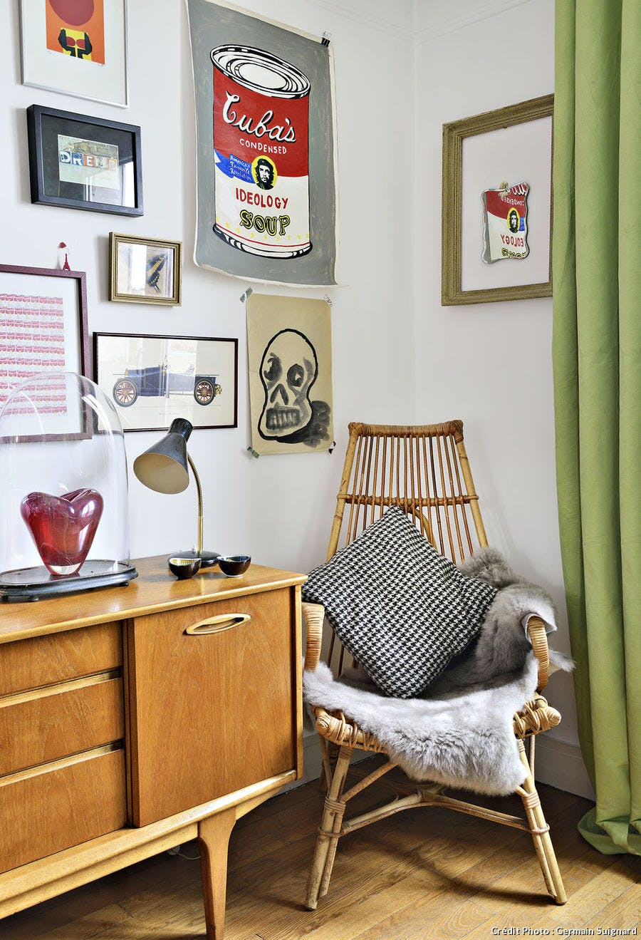 decoration hiving colore avec fauteuil rotin et composition de cadre - 15 philosophies décoratives qui vous veulent du bien !