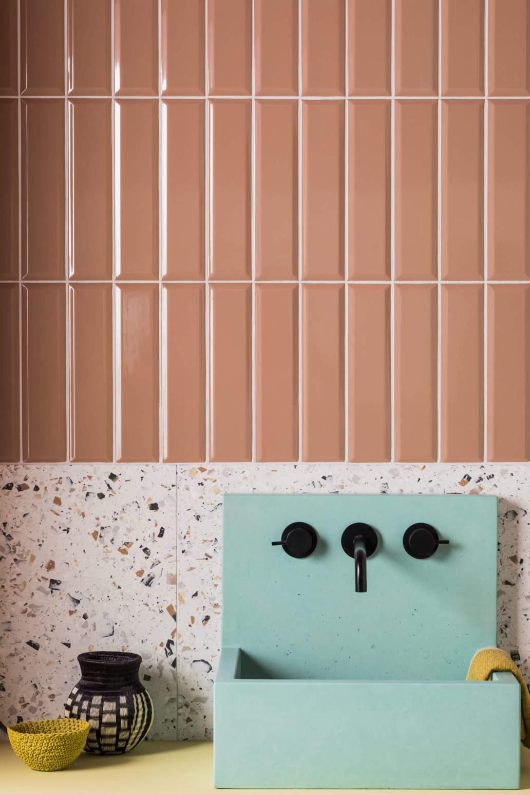 meuble vasque avec vasque design bleu et carrelage terrazzo 1366x2048 - Douche ou baignoire, faire un choix pour la salle de bain