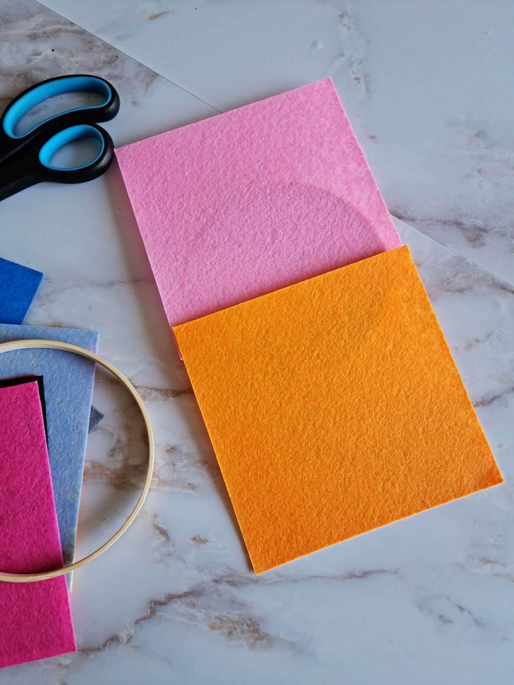 20210402 133331 - Fabriquer une petite décoration en feutre pour orner les murs de couleurs