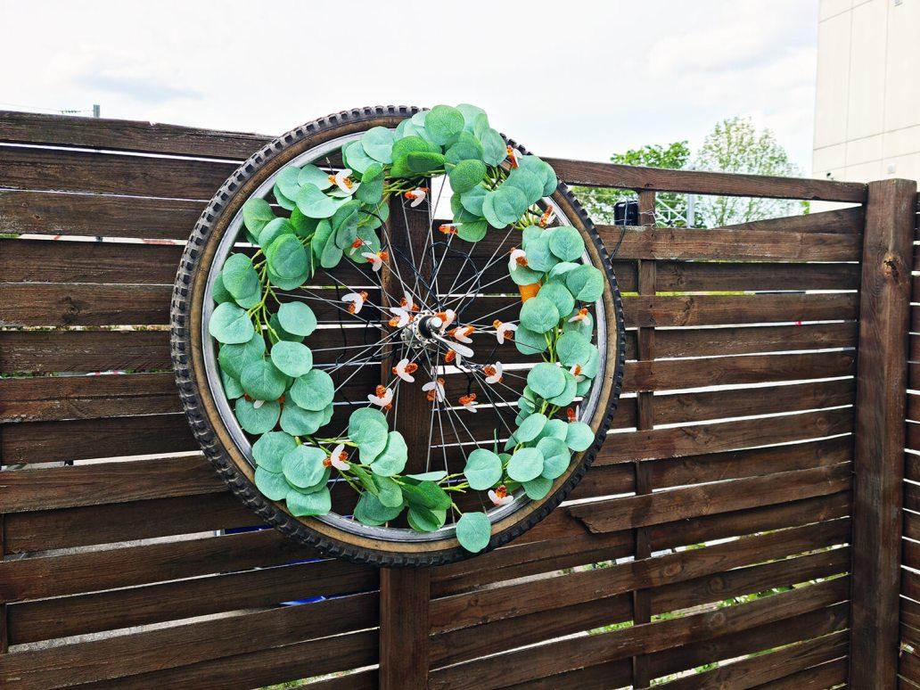20210507 174845 - DIY extérieur : fabriquer une décoration de jardin avec une roue de vélo