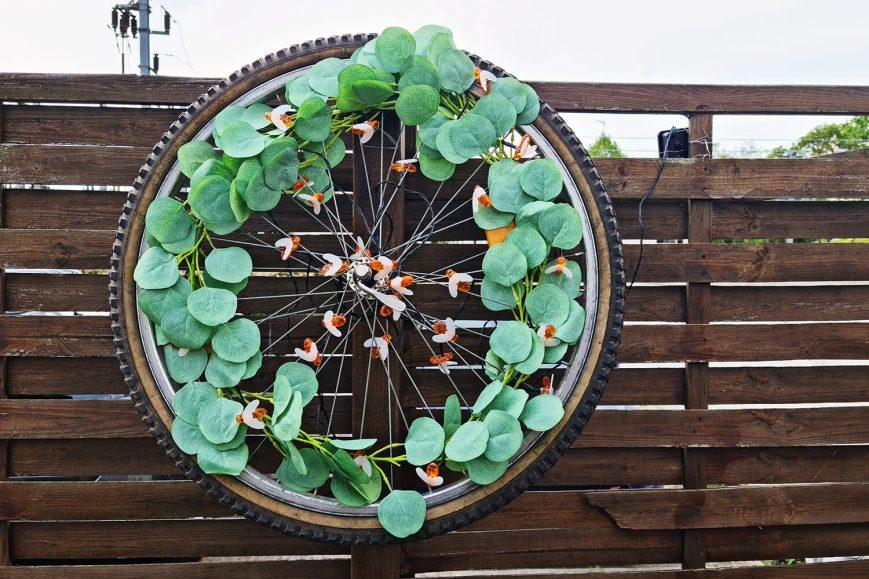 DIY extérieur : fabriquer une décoration de jardin avec une roue de vélo