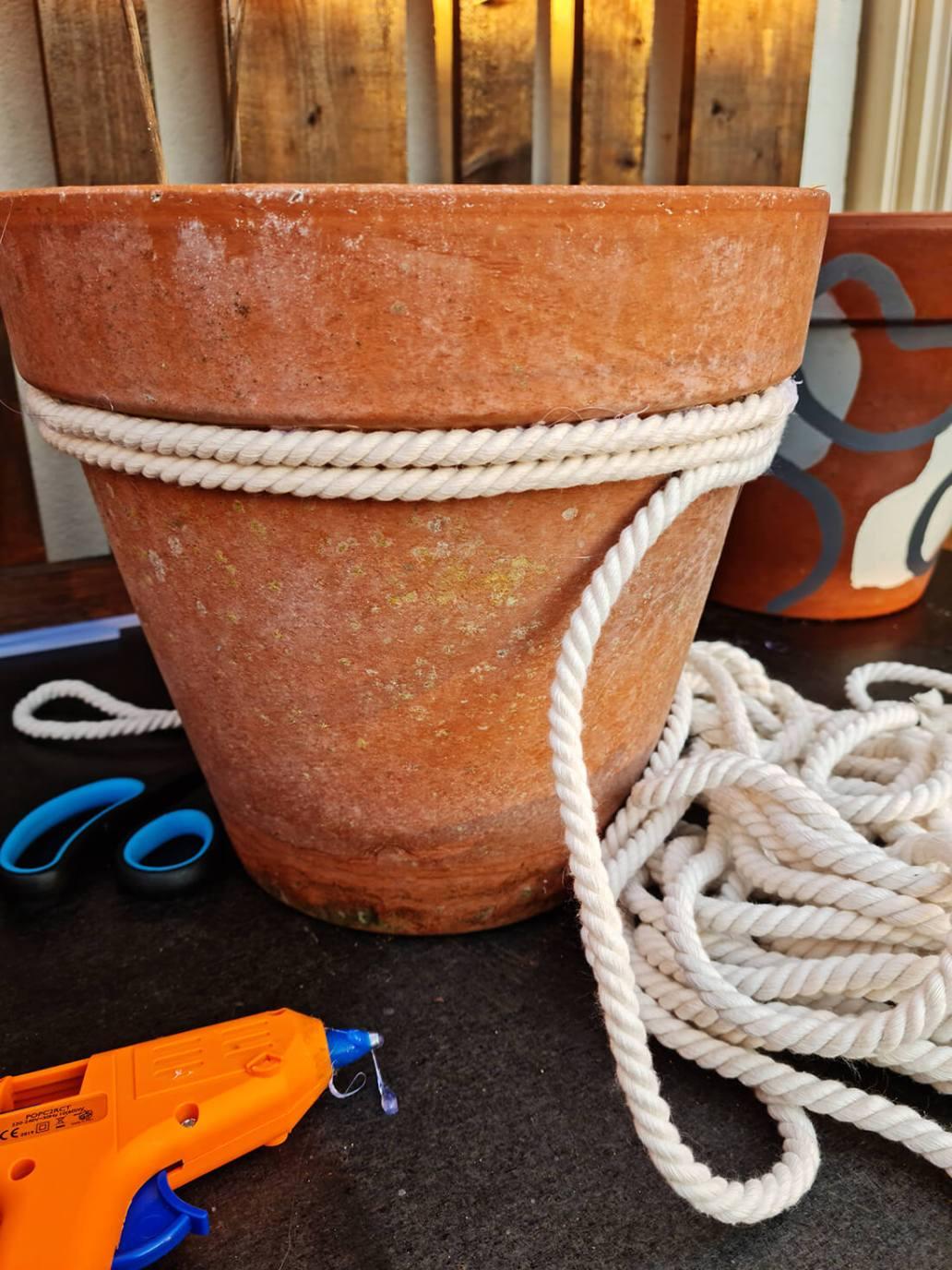 20210610 211729 - DIY jardin : ajouter de la douceur sur un pot de fleurs avec une corde