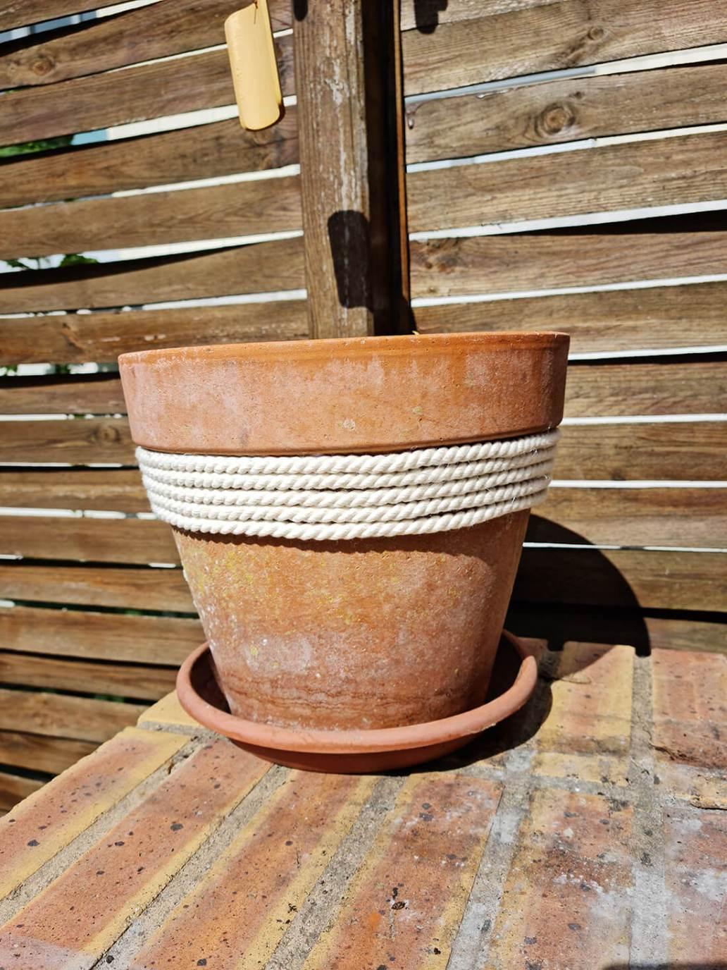 20210612 171756 - DIY jardin : ajouter de la douceur sur un pot de fleurs avec une corde