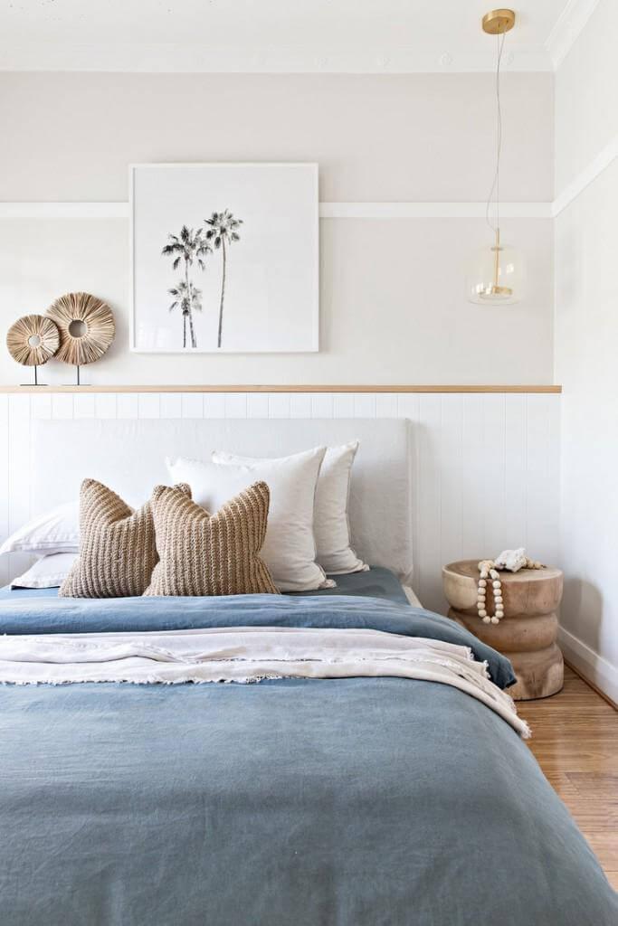 une chambre avec une literie bleue - Comment choisir une literie de qualité pour la chambre ?