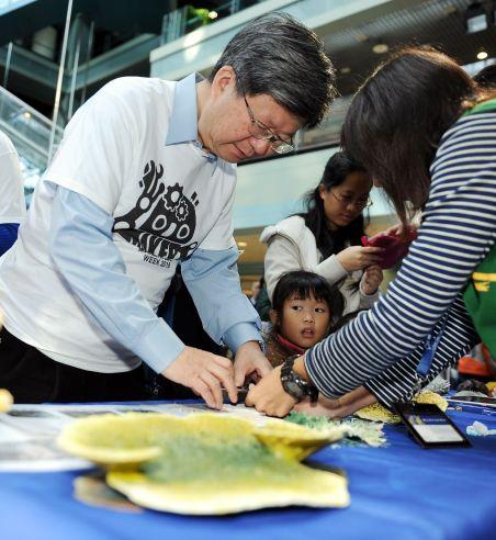 圖說:教育部吳思華部長現場參觀體驗館所的Maker成果攤位2