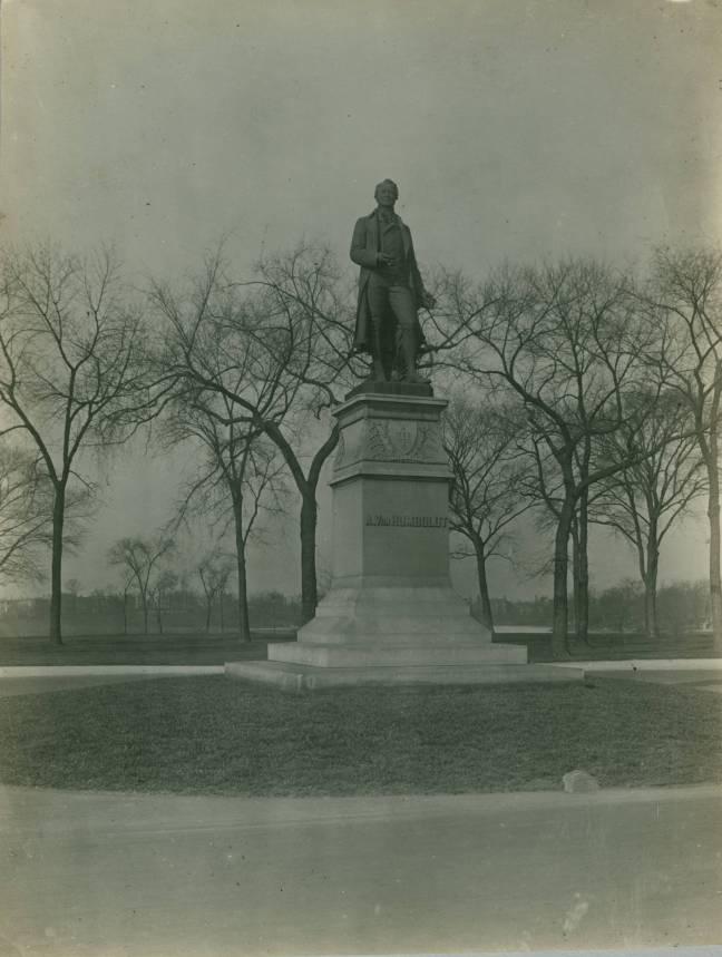 Alexander_Von_Humboldt_Monument,_Humboldt_Park,_Chicago,_early_20th_century_(NBY_603)