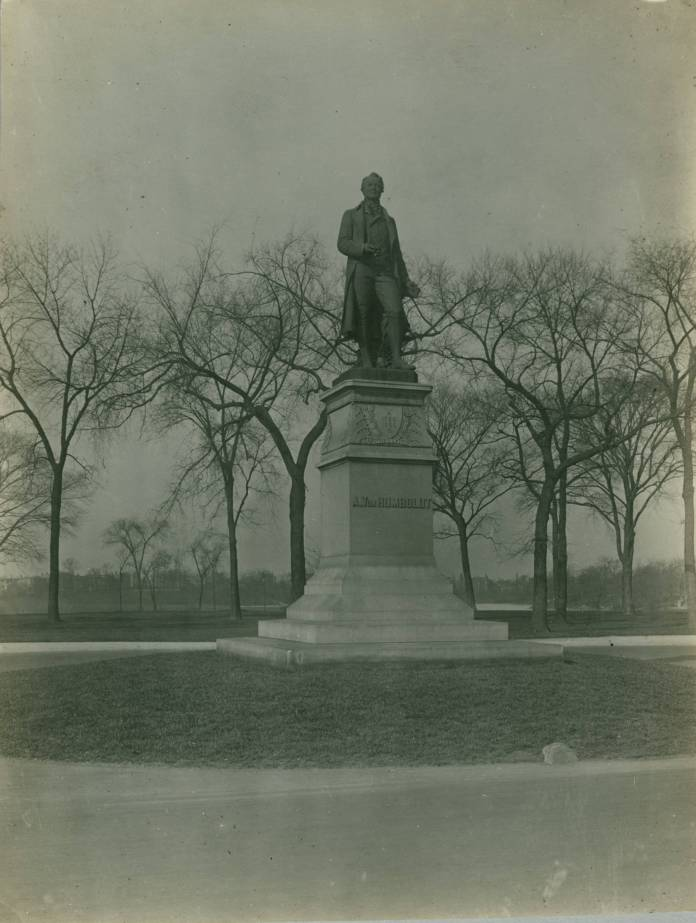 Alexander_Von_Humboldt_Monument,_Humboldt_Park,_Chicago,_early_20th_century_(NBY_603)